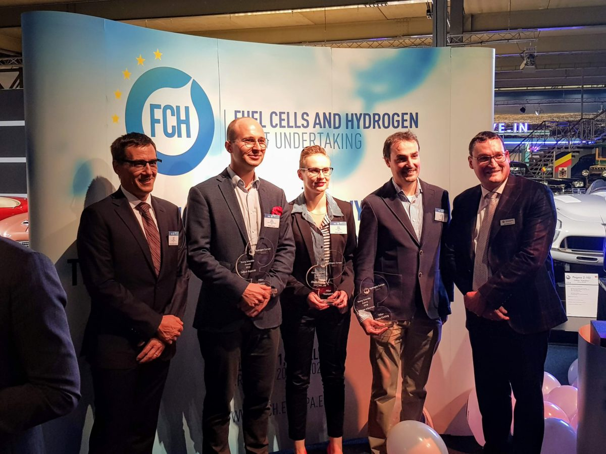 Elodie Pahon with the other award winners. Also present the president of HER L. Antoni (left) and FCH JU executive director B. Biebuyck.